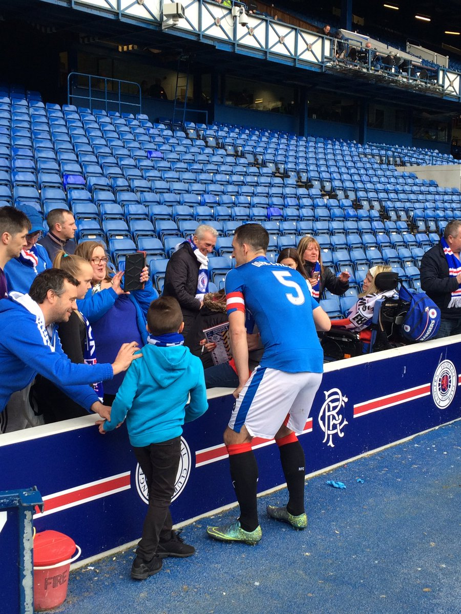Lee Wallace still out signing autographs and meeting and talking to fans. A true @RangersFC captain. https://t.co/A9nUmuXmdN
