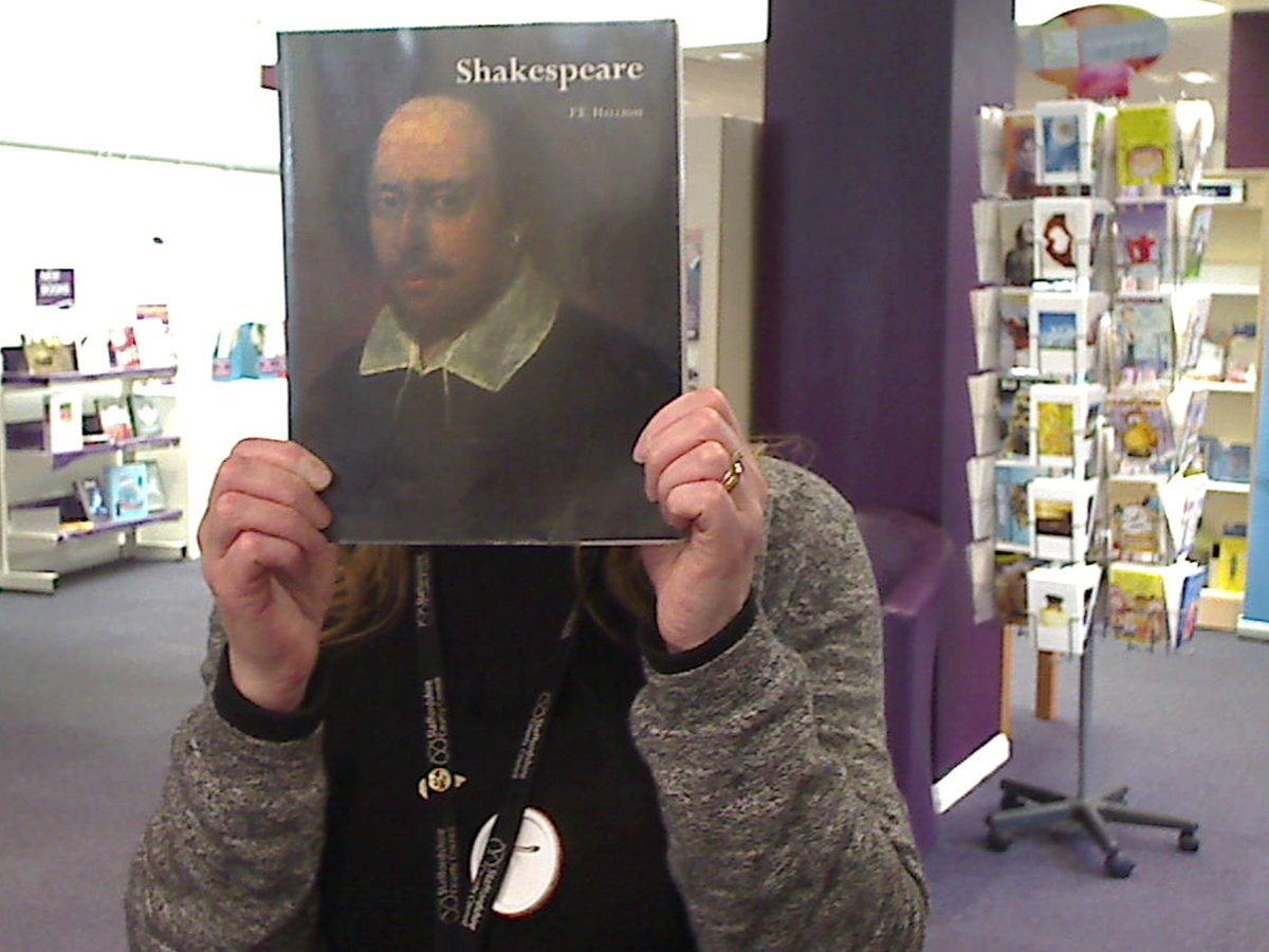 Sharonspeare :)  #selfiewithshakespeare  #cannocklibrary #Shakespeare16 @StaffordshireCC @StaffsLibraries https://t.co/XiO2IuV7IG