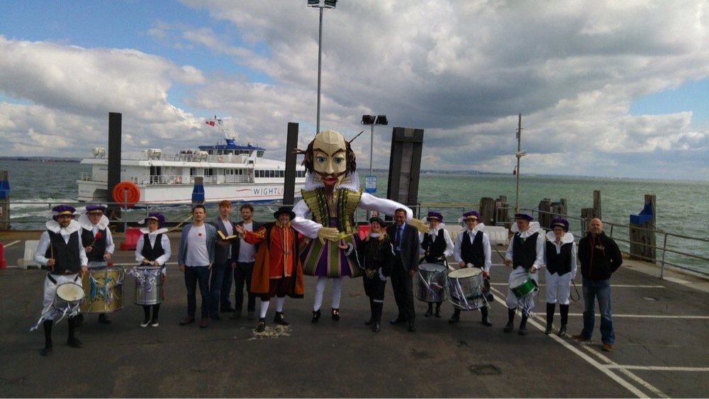 The @NewCarnivalCo celebrating #thebard #Shakespeare400 #shakespeare16 at Ryde pier this morning! 📷 @grahamreading https://t.co/gBCwT0nG8v