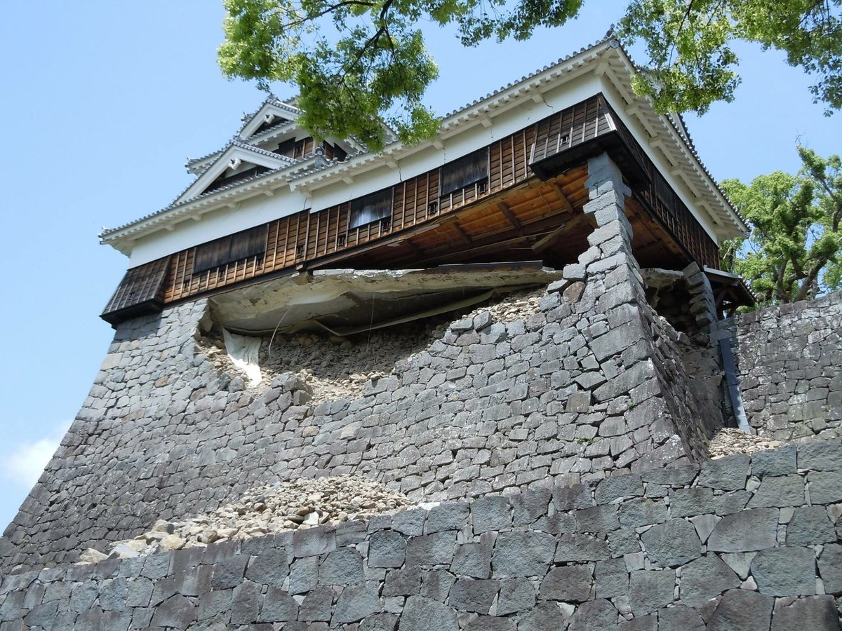 熊本の意地!!これ、ホント凄い!熊本城の職員の方が撮影された写真。ご自由にお使い下さいとの事で使わせて頂いています☆ pic.twitter.com/Rffn9oDKfu