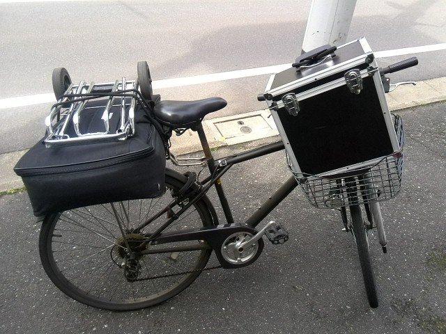 どんなに機材が多くても駅までは無理やり自転車で行けるかチャレンジ中。これに更にリュックを背負って乗り込みます。