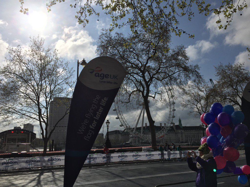 Oh hello sunshine! @age_uk on mile 25 for the #LondonMarathon #teamageuk  #coolrunnings https://t.co/hy2gGmIl5d