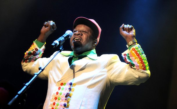 #BREAKING: Congolese legendary musician Papa Wemba collapses and dies while peforming at the #FEMUA9 in Abidjan https://t.co/C2k70tQkXj
