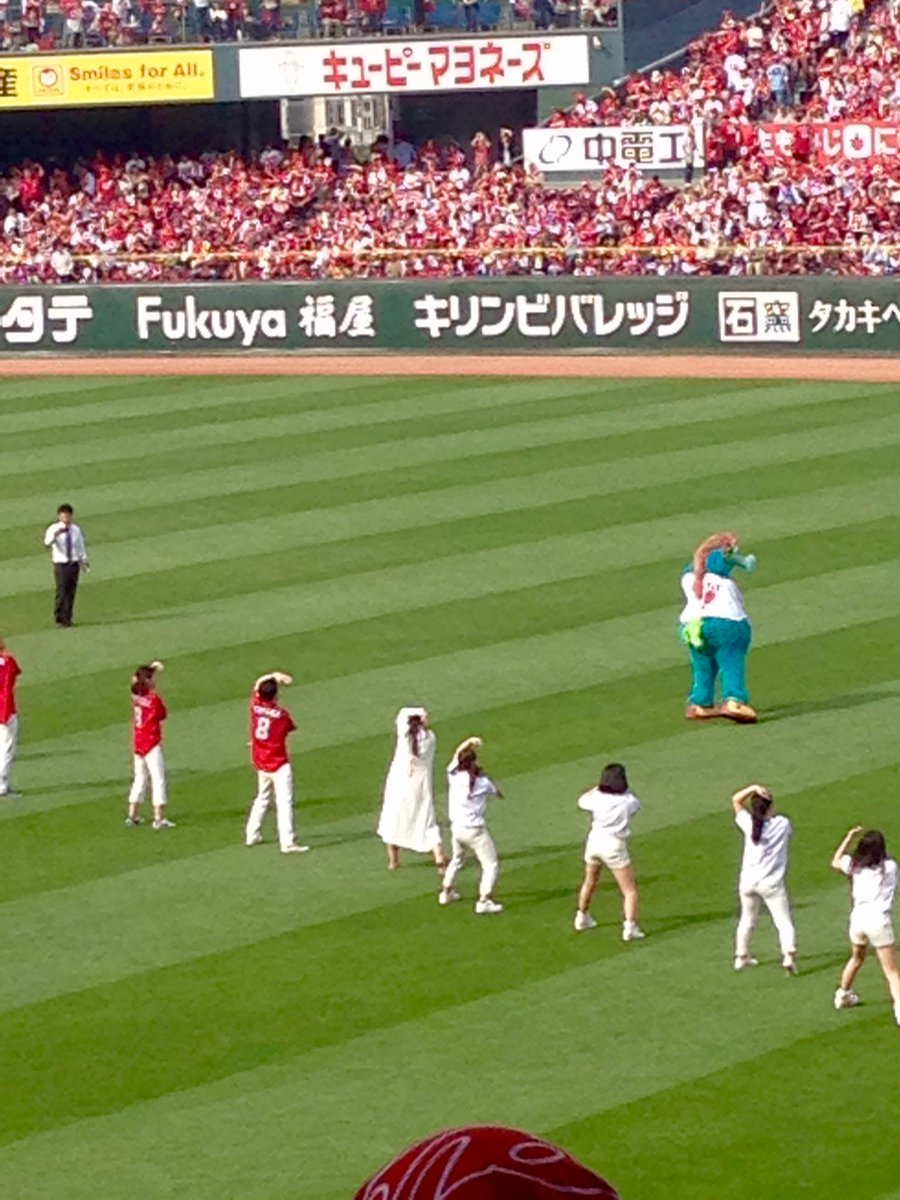 CCダンスにざくろ女こと緋奈子さん再登場です。始球式でもノーバンで観客をわかせた緋奈子さん、実は生前カープ女子で運動神経バツグンなのです。https://t.co/pzK8xzy49a https://t.co/gqNYGqoVvT
