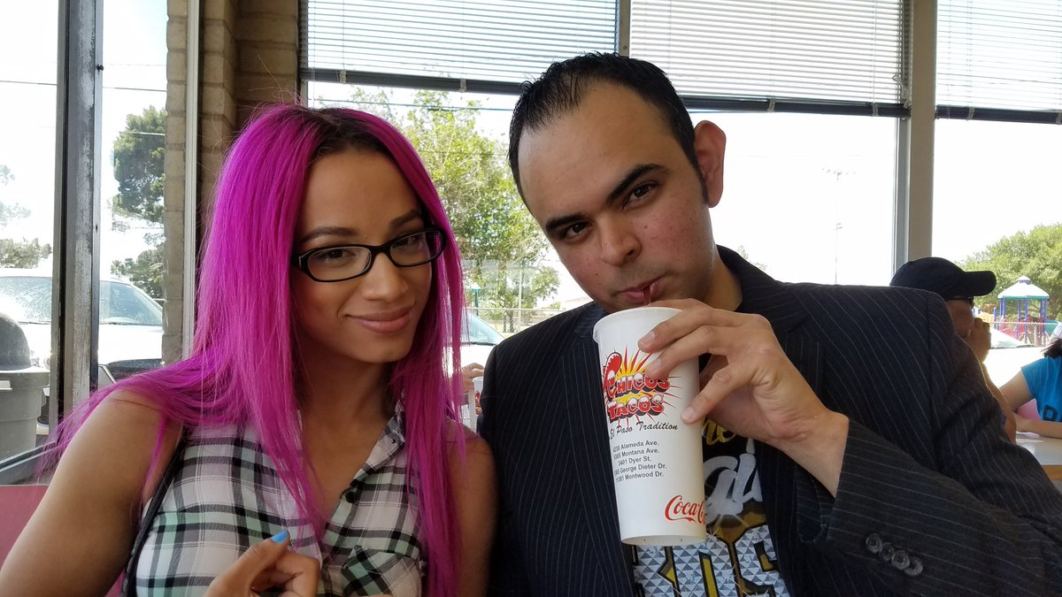 Today I had lunch like a #LegitBoss at Chico's Tacos. ¡Gracias @SashaBanksWWE! #WWELasCruces https://t.co/MIchoEf78n