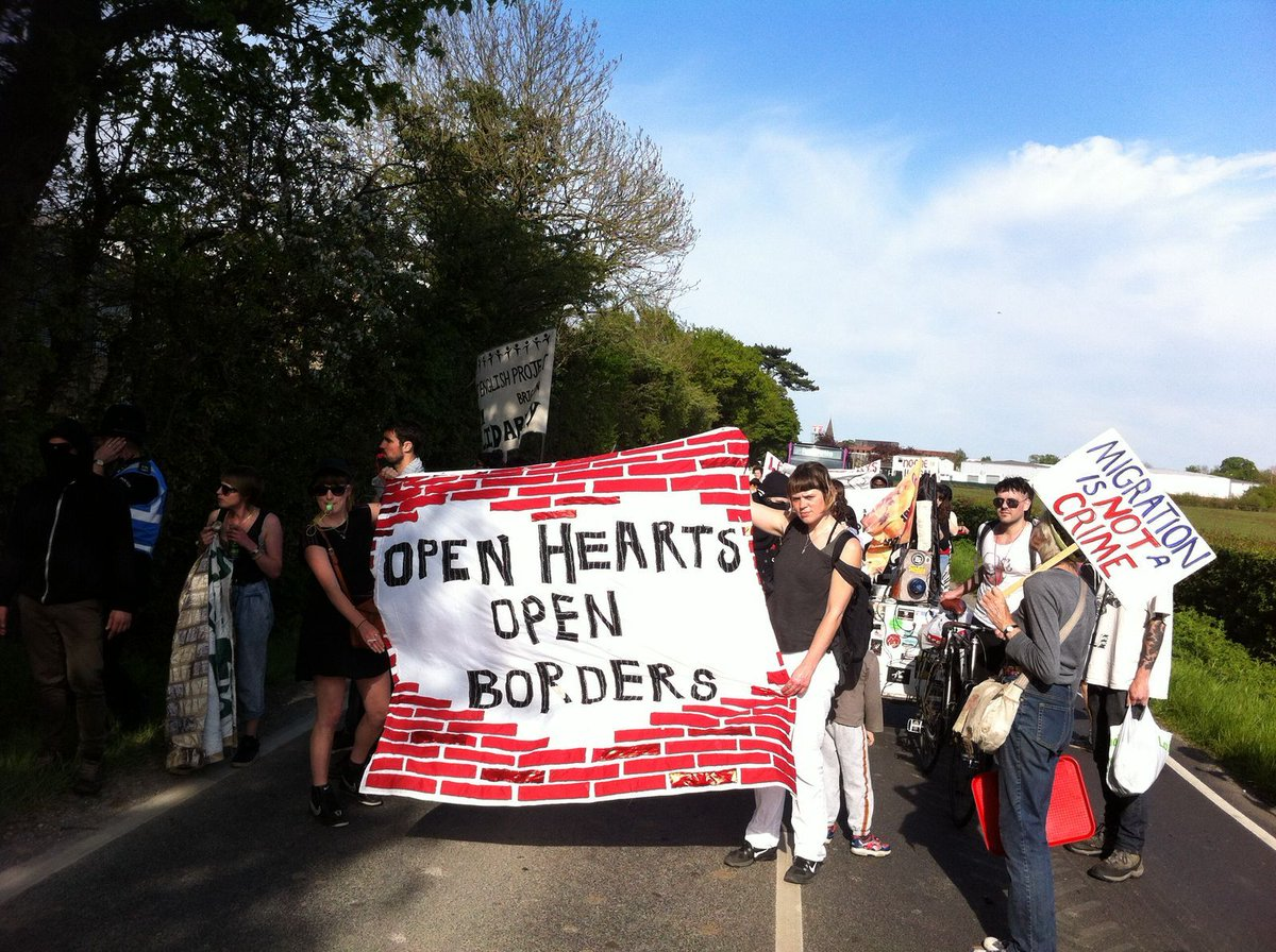#OPENHEARTS #OPENBORDERS <3 Much love for everyone at #TinsleyHouse #Gatwick demo. Detention centres: #SHUTthemDOWN! https://t.co/LPtD7FvHSp