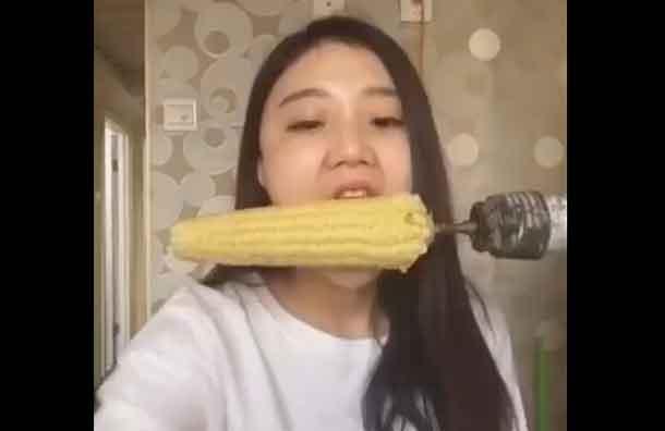 Ragazza diventa calva per fare un video virale con la pannocchia