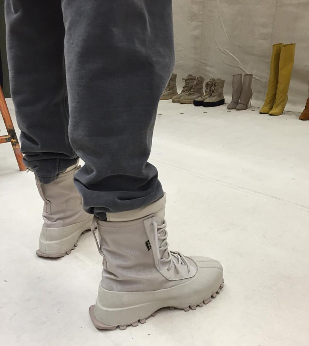 2c1d2250140f3 Yeezys For All on Twitter