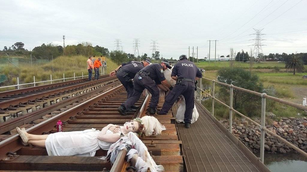 VIDEO: Last #breakfree2016 protesters being removed from the Hunter River rail crossing: https://t.co/VJI94y0M3y https://t.co/H6D7gNTI61