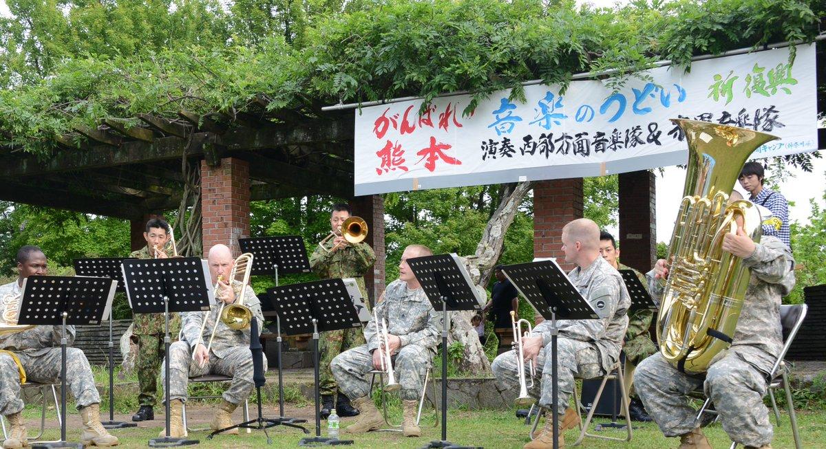 平成28年熊本地震における活動記録、Googleフォト「平成28年熊本地震災害派遣活動」を更新しました。写真は音楽隊による演奏の様子です。5月7日には米軍との合同演奏会も行われました。