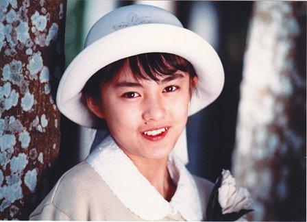 白い帽子で木にもたれかかり微笑むホクロのある藤谷美紀
