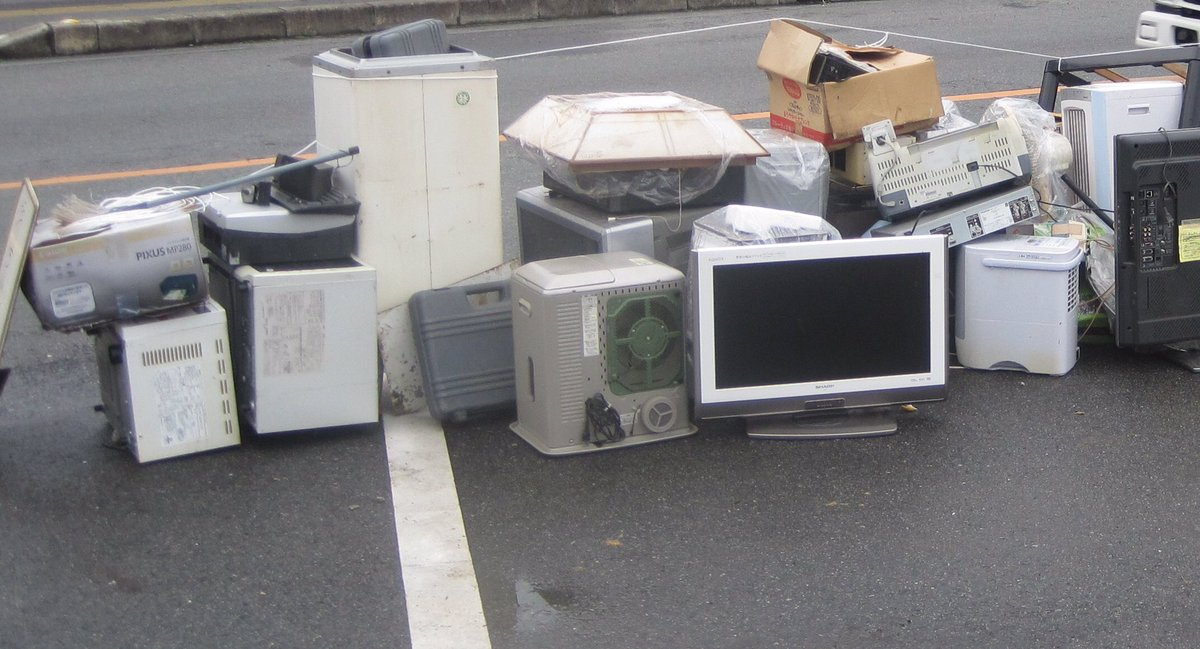【便乗ゴミはダメ】ゴミ集積場所になぜかブラウン管のテレビ等明らかに災害ゴミに便乗したとしか思えないゴミが出されています。熊本市民のモラルが問われています。全国からの応援でやっと災害ゴミが処理出来てるのです。必ずルールを守って下さい。