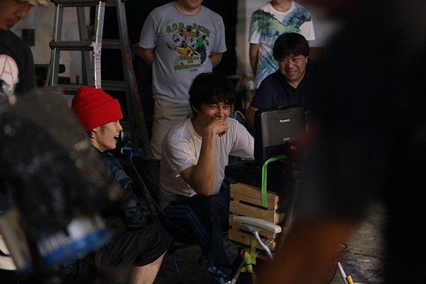 【撮影裏話(16)】 土志田の下着泥棒に関する役作りは窪田さんのアイデアによるもの。また、同シーンの撮影時、4階の高さからワイヤーで吊られた(;゚Д゚) 窪田さんの渾身の(!?)下着泥棒姿をぜひスクリーンで! #ヒーローマニア裏話