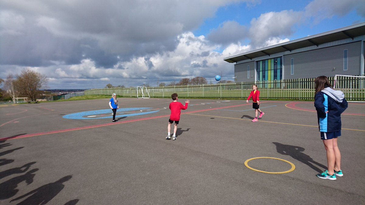 Year 5 @ParklandsLeeds  enjoying netball with the fantastic Miss Leighton from @SmeatonAcademy