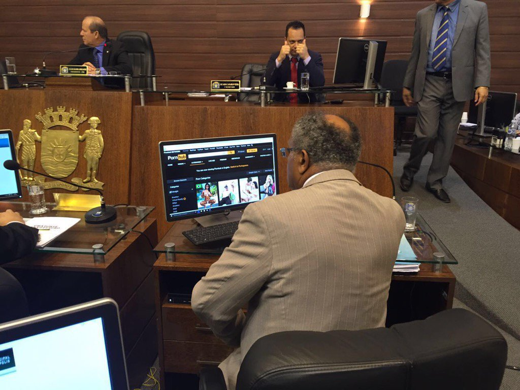 """Vereador Lino Peres entediado com a sessão na Câmara resolveu """"diversificar""""...tá virando moda! https://t.co/L0LyHZkFMj"""