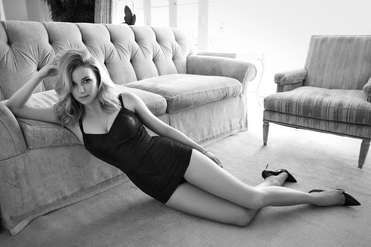 Simply stunning! @EmilyVanCamp in @sharpmagazine with hair by me, makeup by @Sollittomakeup https://t.co/MNe0cBnaqt