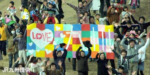 九州新幹線全線開業のCMが話題です。2011年3月4日から放送され、東日本大震災の影響で中断したものの、後日放送を再開。きっとまた、こんな笑顔が戻る日が来ると信じています。 https://t.co/K9JKHd7Dyd https://t.co/ZqrOnphpj2