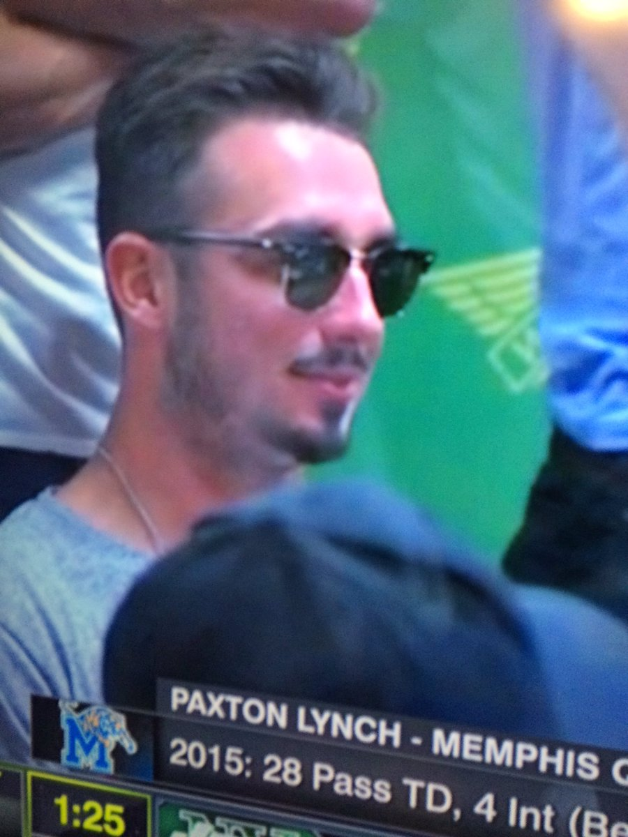 Paxton Lynch looks like a 22 year old kid who drives a white Jetta and sells weed to high schoolers https://t.co/2hnzIfiSt9