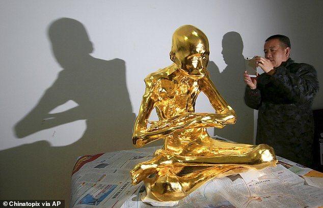 中国で即身仏になった高僧を金色に→即身仏をスマホ撮影するお坊さんに時代を感じる