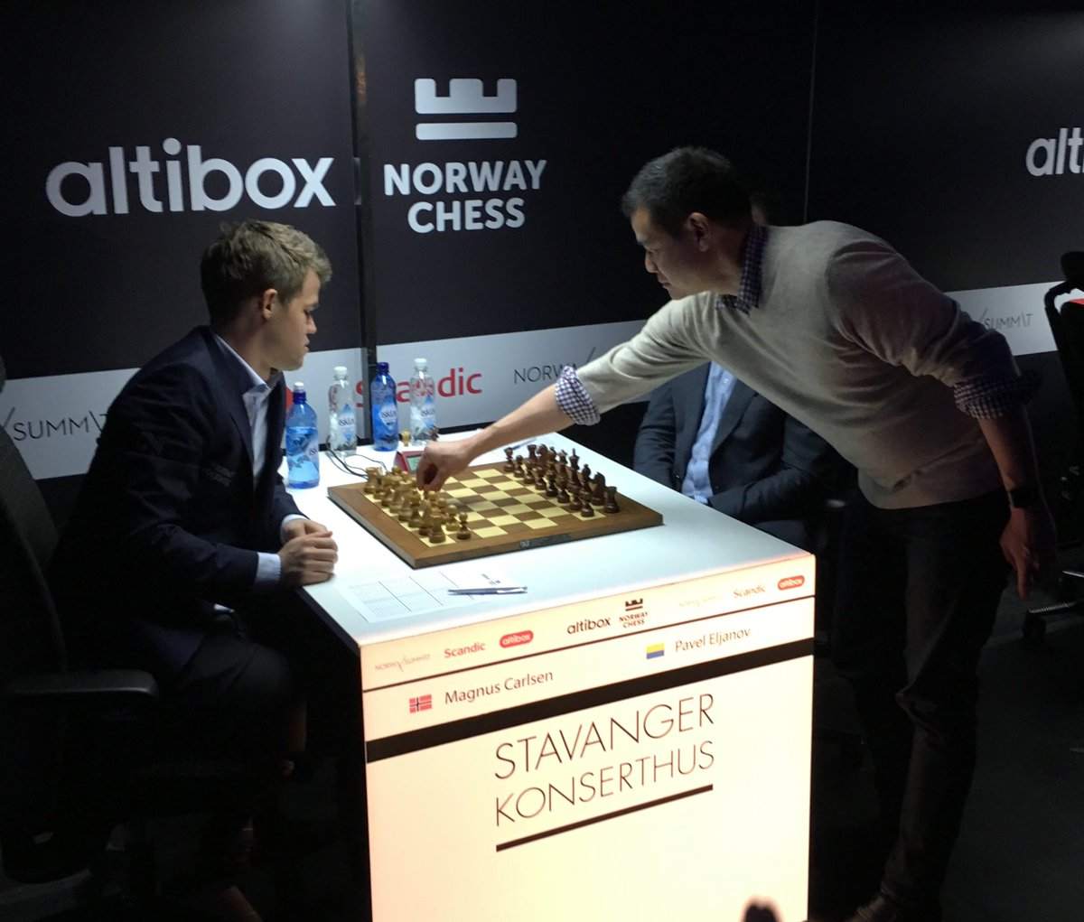 Opening move for @MagnusCarlsen in the @NorwayChess finals! https://t.co/P9hHpqaejo
