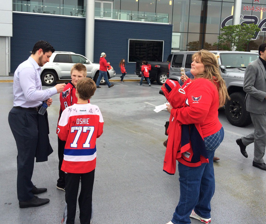 Sidney Crosby of the #Penguins sharing time with the hockey fans in #Washington @WPXI #ClassAct https://t.co/NiDe1DKNBK