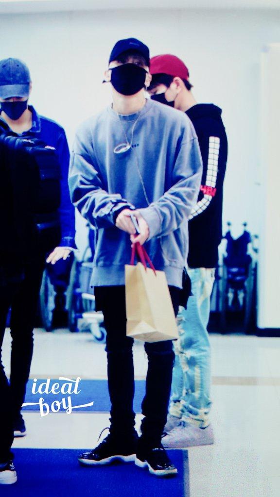 160430 Jonghyun @ Aeropuerto Gimpo. ChPyKiKVEAAgsxJ