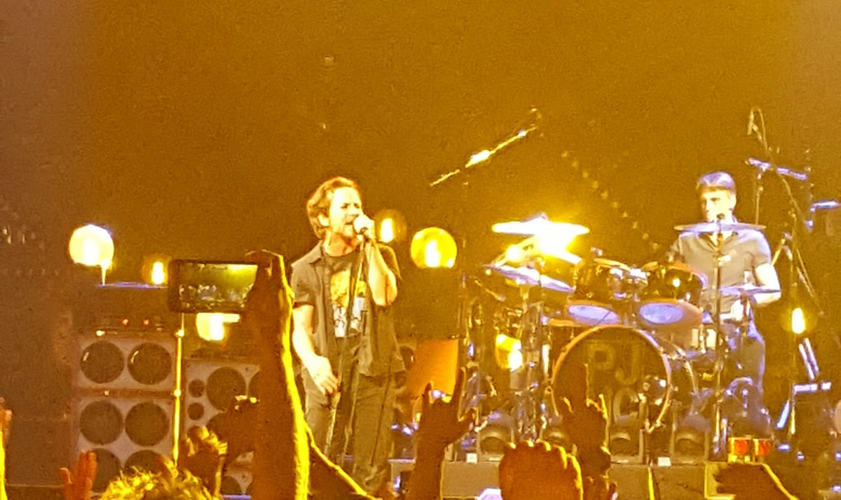 "Commence @PearlJam playing ""Ten"" in sequence for the first time in 24 years... https://t.co/bfhbkgJnyC"