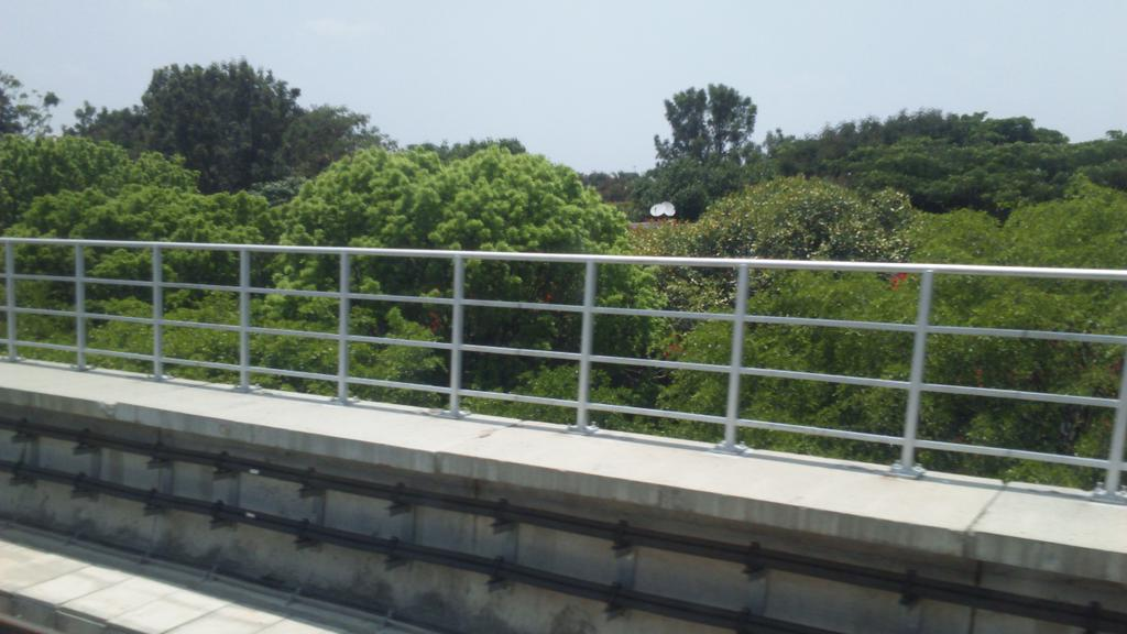 Hosahalli-Vijayanagar straight line section. Lush greenery on both sides. #BangaloreMetro https://t.co/PmP1fHgunr