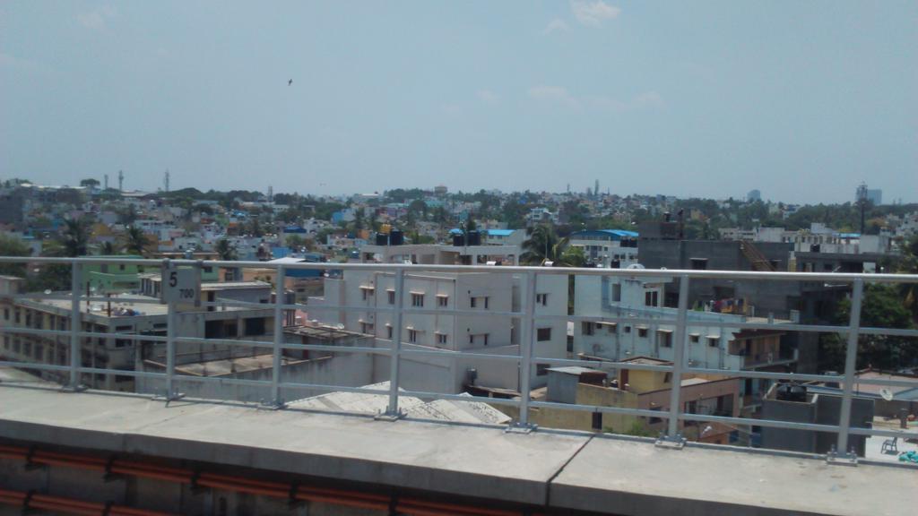 We slowly slide past the Bangalore skyline of multicolored 30x40 multistory box houses, Sintex tanks #bangaloremetro https://t.co/EtzcF61zF0