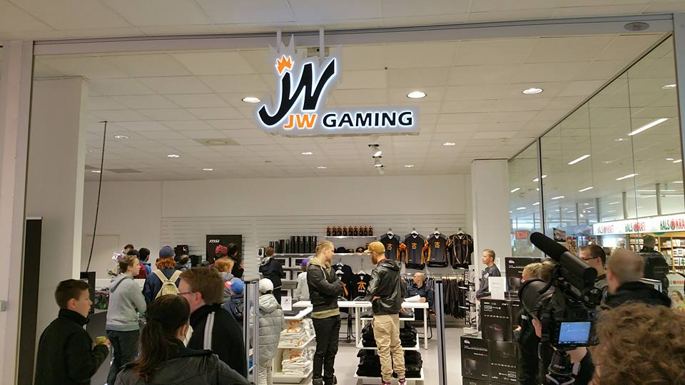 Big congrats @jwCSGO who open his first store yesterday in a mall in Avesta! We need more entrepreneurs :-) https://t.co/kT6tlPrcyc
