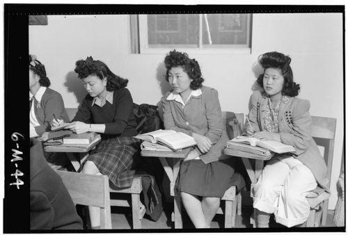 《サザエさんのヘアースタイル》西洋文化が入り始めた昭和20年代に流行したモガヘアー。漫画的に誇張しただけで当時としては最新モード。長い前髪を強引にカールするのは一般女性が前髪を短かめにカットするのはまだ抵抗があった時期だからと。
