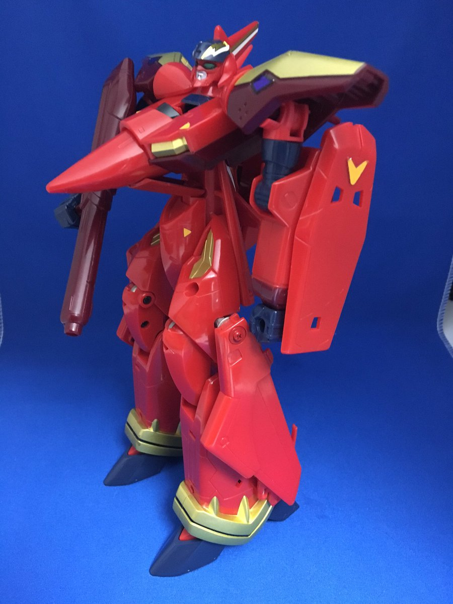 DXファイヤーバルキリー 初めてのバルキリー。バンダイのDX玩具らしい素材と機構で安心感がみなぎる。主翼>腕≧尾翼なので主翼がかわいそうです河森先生。