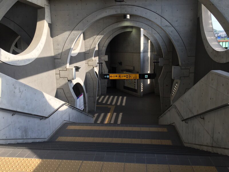 この駅のSF感がヤバすぎる...一瞬、自分がどこにいるか迷走する!