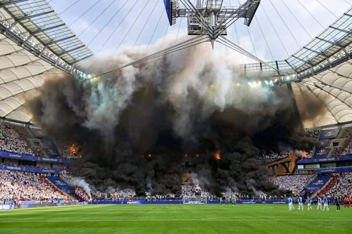 L'incroyable ambiance cet après-midi en finale de la Coupe de Pologne, opposant le Lech Poznan au Legia Varsovie.