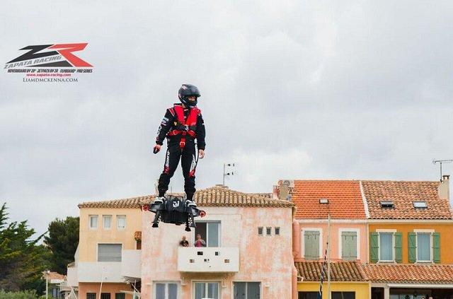 フェイクなんかじゃなかった!! 百聞は一見にしかず  2016年、人は空を自由に飛ぶ! 未来を引き寄せたホバーボード「Flyboard Air」をフランスで見た!! https://t.co/s54T8c2ilp https://t.co/ckbkZQC8w8
