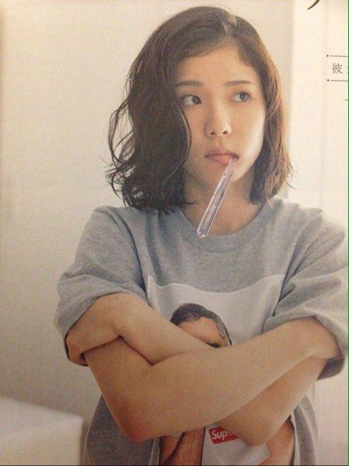 大き目のトレーナー姿で歯ブラシをくわえる松岡茉優