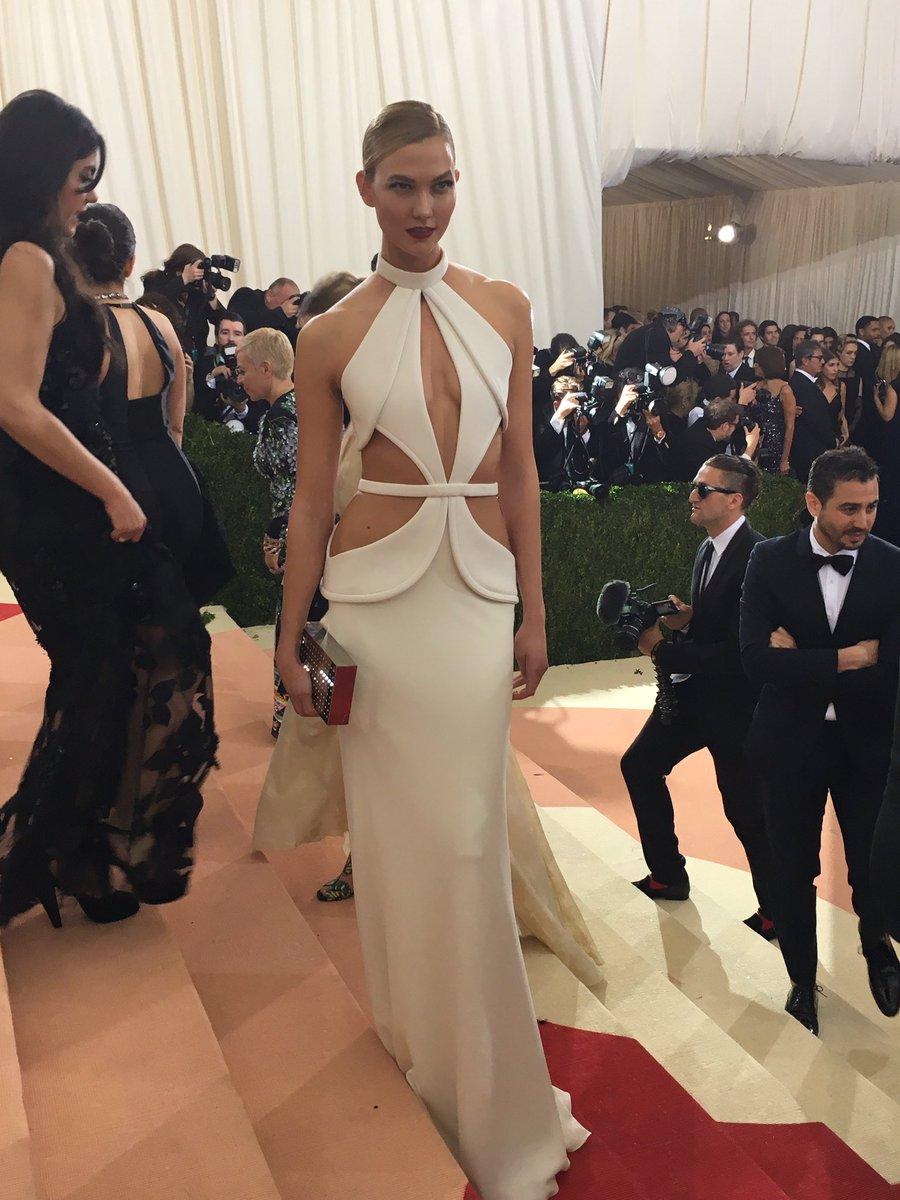 Model @karliekloss looks stunning in her all white ensemble. #MetGala #KarlieKloss #ManusxMachina