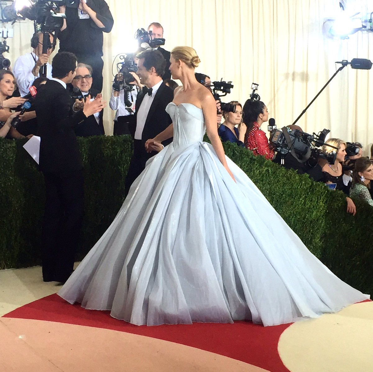So Claire Danes is Cinderella thanks to @Zac_Posen #MetGala https://t.co/OaMkV7HMo8
