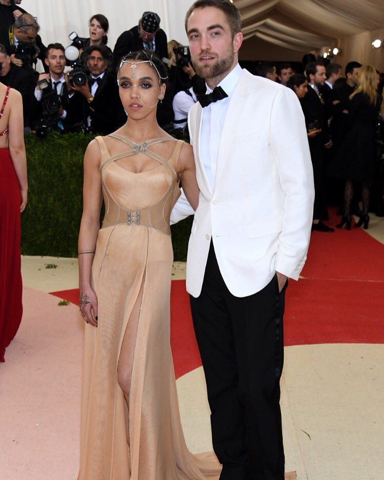 Robert Patyinson and FKA Twigs make a dapper couple at the Met Gala #MetGala #robertpattinson #fkatwigs https://t.co/SvLwdRegSN