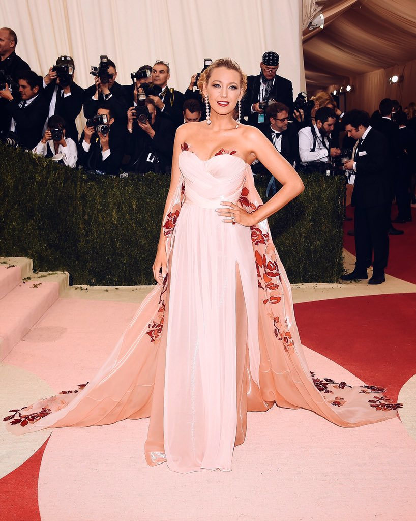 .@BlakeLively on the #MetGala red carpet wearing a custom @Burberry caped gown https://t.co/dLpfparnkb