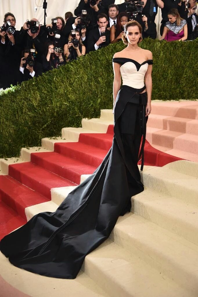 New photos of @EmWatson slaying at the #MetGala wearing Calvin Klein in New York, May 2nd 2016. https://t.co/yTPxa5NuCP