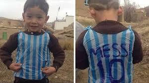 El niño afgano famoso por su camiseta de plástico de Messi amenzado por los talibanes
