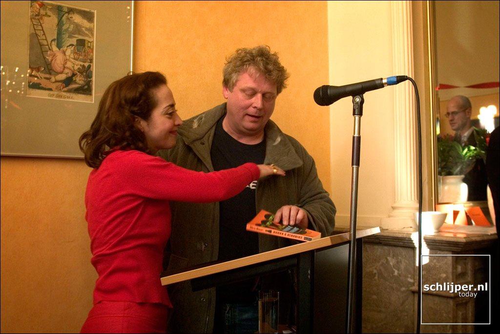 31 maart 2004 Toen Theo van Gogh nog de nationale nar mocht zijn en @umarebru vrij door Mokum bewoog. #anderetijden https://t.co/mHs9qvNeEd