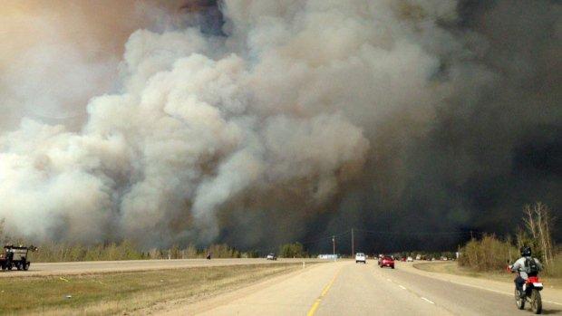 Apocalípticas imágenes del gran incendio de Alberta, Canadá ChkcYxeUoAANhIR