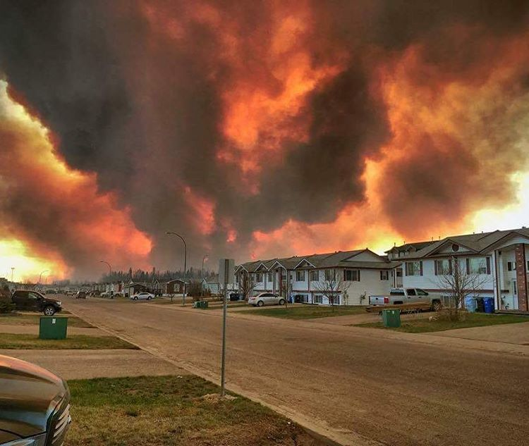 Meanwhile, in Canada, an entire city of 100,000 people has been evacuated + looks like this https://t.co/yGD6yeR1E8 https://t.co/TQdljW6kgz