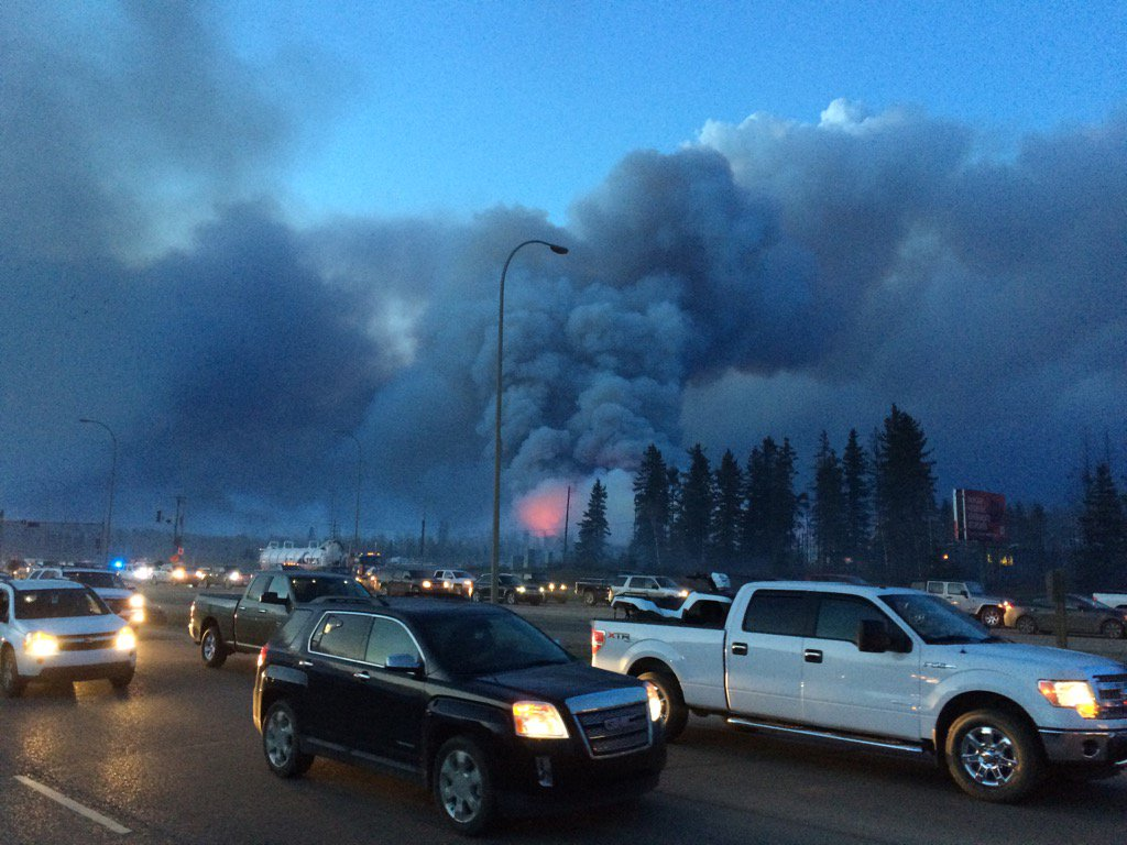 Apocalípticas imágenes del gran incendio de Alberta, Canadá ChlSYAKUYAAzuV-