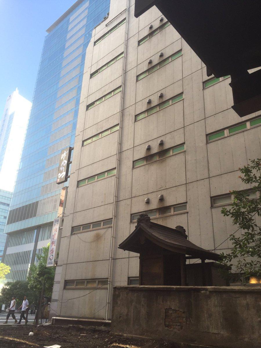 秋葉原ドンキ裏ビル取り壊しで姿を現した古い神社 https://t.co/OIk9Vu9CHg