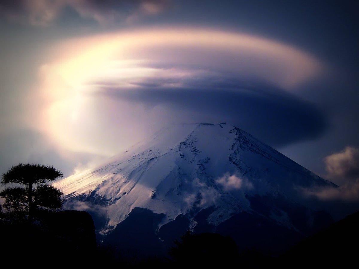 おはようございます😊 僕なんかはまだまだ富士山歴が浅いので、まだまだ美しい笠雲にはあまり出会えていませんが、本当に整った笠雲を捉えるのは難しい事だと思います🗻   #富士山 #ファインダー越しの私の世界