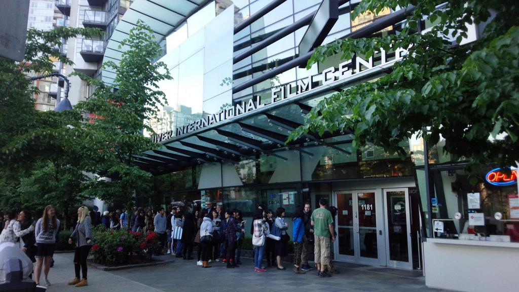バンクーバー、今日(5/4)の夜は「母と暮せば」の上映会。吉永さん、坂本さんが舞台挨拶されるとのことで、朝10から並んでるという人もいて、長蛇の列 https://t.co/kAtwoml7xY