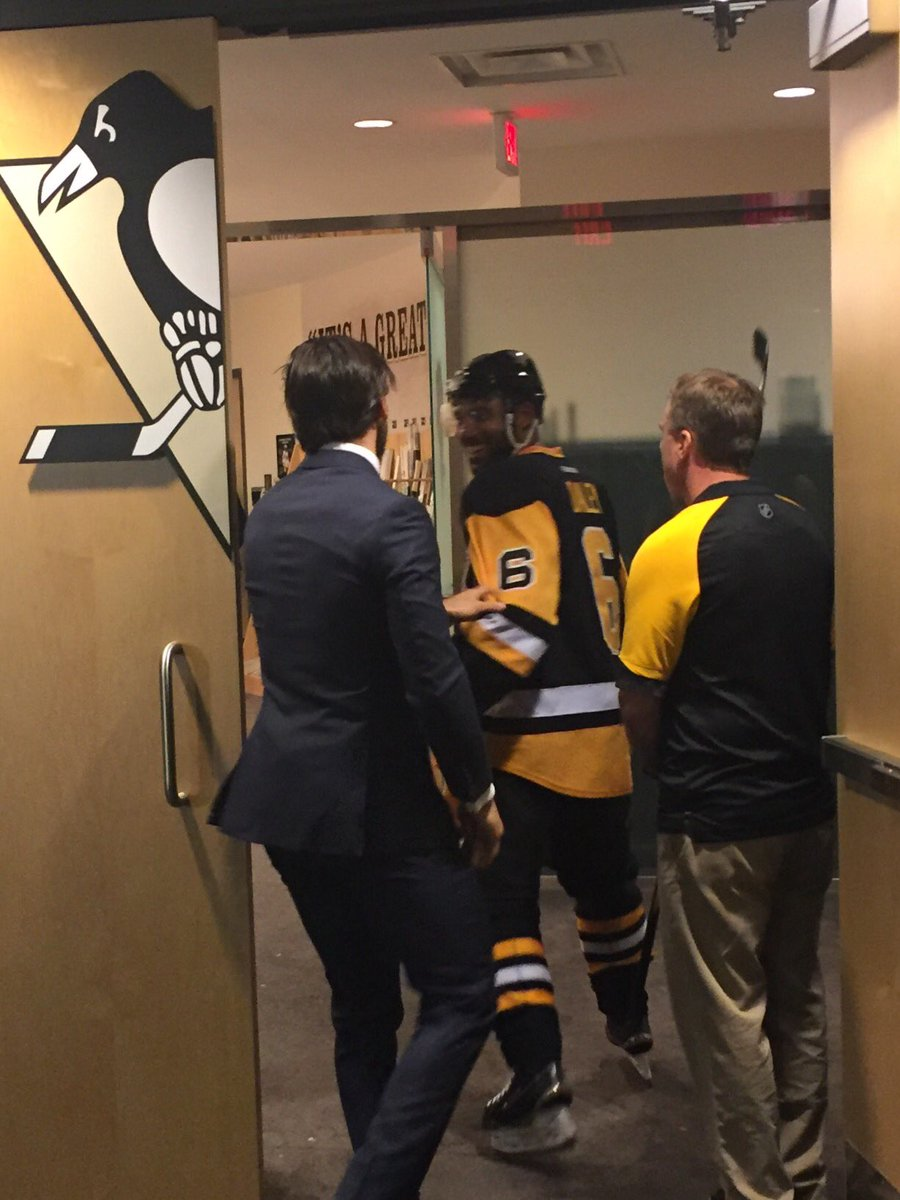 .@Letang_58 celebrated with every player, but he gave a little extra love to #Daley tonight! #WSHvsPIT https://t.co/3v5bLmhHDY
